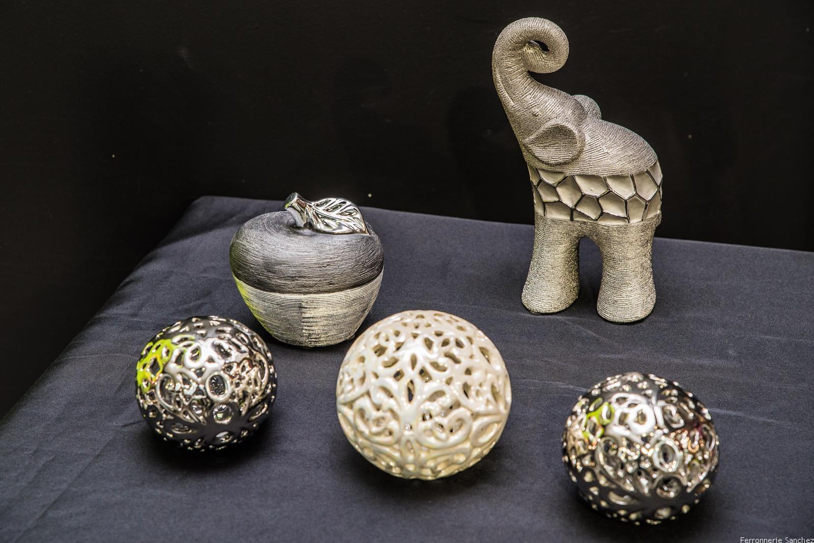 Elephant et pomme argent,boule déco argent et ivoire