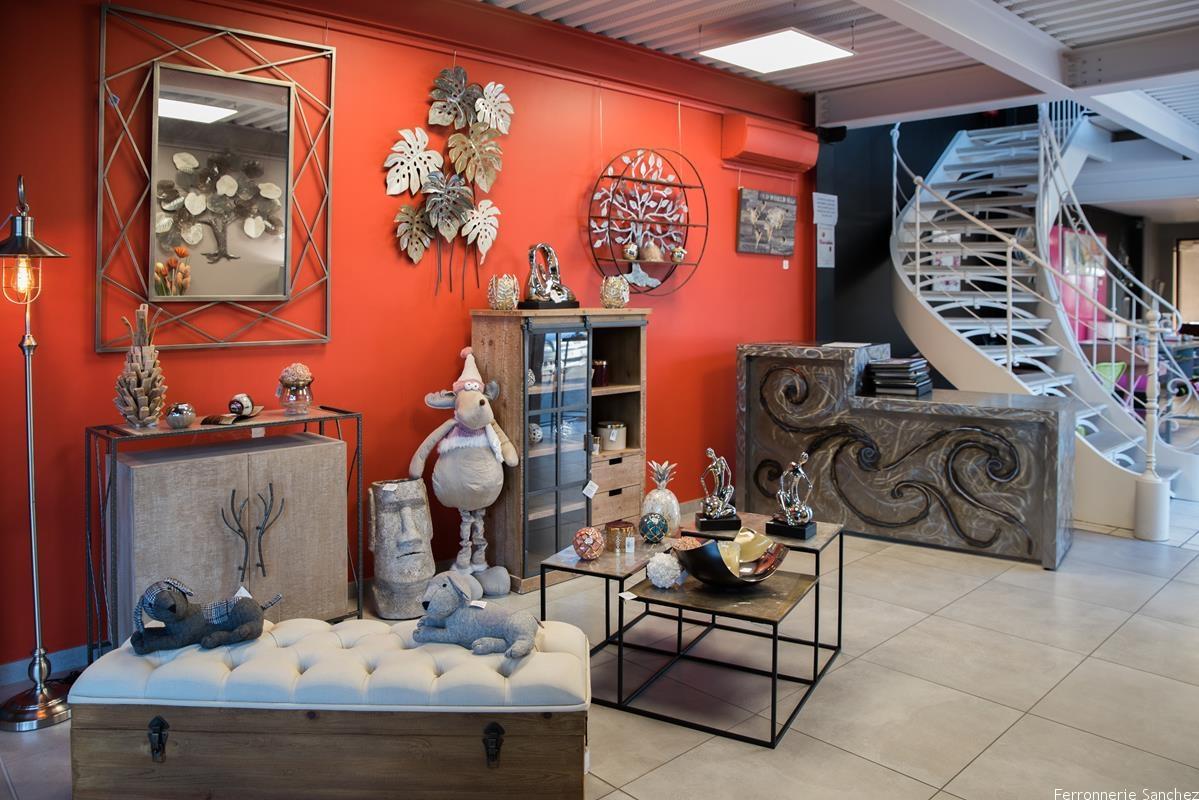 Table basse métal,miroir métal,banquette bois et tissu,Statue,,chien cale porte,porte parapluie,coupe