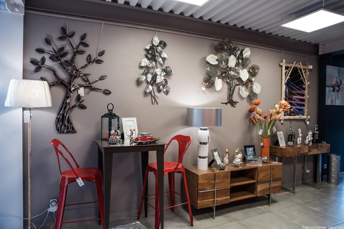 Mange debout et tabouret métal,meuble TV bois et métal,miroir bois Décor muraux arbre,lampe,vase,fleur,cadre photo