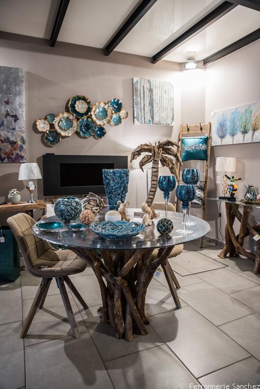 Table et console bois et verre, chaises,échelle murale bois et métalTableaux,coussins,lampes,décor muralCheminée électrique et éthanol